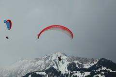 Vols tandem de parapentisme au-dessus des Alpes suisses Images libres de droits
