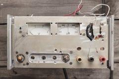 Voltímetro e amperímetro análogos velhos imagens de stock royalty free