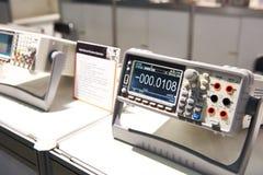 Voltímetro universal en tienda imagenes de archivo