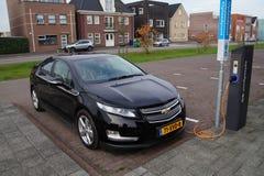 Volt de Chevrolet de voiture électrique étant chargé Images libres de droits