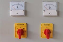 Volt- och ampere-meter som kopplar knappen royaltyfri fotografi