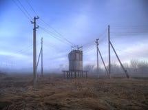 Volta del trasformatore della corrente elettrica nel campo Immagine Stock