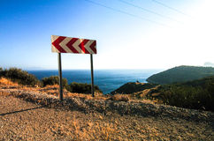 A volta do sinal de estrada saiu na costa de Turquia Imagens de Stock