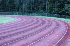 Volta dois de uma pista de atletismo revestida com borracha imagem de stock