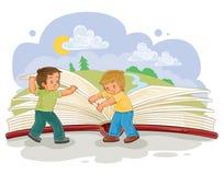 A volta dos rapazes pequenos pagina o grande livro Imagem de Stock Royalty Free