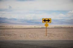 Volta esquerda ou direita adiante Um tráfego assina dentro o deserto fotografia de stock