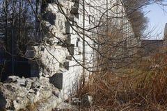 Volta velha da parede de desintegração da prisão do século Fotos de Stock