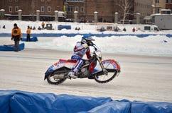 Voltafaccia della gara motociclistica su pista del ghiaccio sulla ruota posteriore Immagine Stock Libera da Diritti