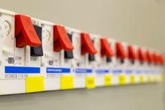 Voltageschakelbord met stroomonderbrekers Elektro achtergrond stock afbeelding