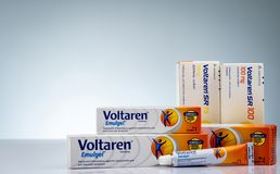 Voltaren Emulgel och Voltaren minnestavlor 1% diclofenac stelnar för aktuell anti--upphetsande och diclofenacnatrium på vit bakgr arkivbilder