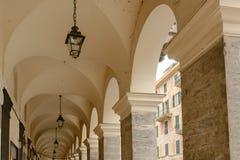 Volte e colonne del passaggio pedonale coperto, Chiavari, Italia Fotografie Stock