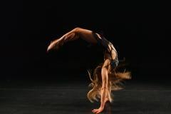 Voltereta sobre las manos de ejecución del gimnasta fotografía de archivo