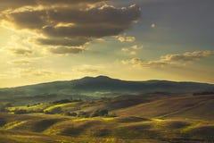 Volterra, κυλώντας λόφοι στο ηλιοβασίλεμα τοπίο αγροτικό πράσινο ύφος απεικόνισης πεδίων κινούμενων σχεδίων Στοκ φωτογραφία με δικαίωμα ελεύθερης χρήσης