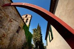 Volterra, cidade medieval de Toscânia, Itália - de Volterra, os trabalhos de Mauro Staccioli do scultor instalados em 2009 para a Foto de Stock