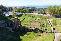 Volterra fördärvar den härliga och hemtrevliga medeltida staden och den roman teatern royaltyfria foton