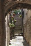 Volterra gammal stadgränd, Tuscany, Italien Arkivbilder