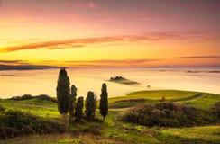 Volterra mgła i morze chmury, toczna wzgórze panorama na zmierzchu fotografia stock