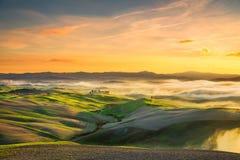 Volterra mgłowa panorama, toczni wzgórza i zieleni pola na sunse, zdjęcia royalty free