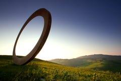 Volterra, mittelalterliche Stadt Toskana, Italien - Volterra, die scultor Mauro Staccioli-Arbeiten installiert im Jahre 2009 für  Lizenzfreies Stockfoto