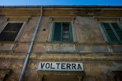 Volterra Pisa, Italien - November 1, 2017: Fotvandrareavresa från Sal royaltyfri fotografi