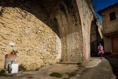 Volterra Pisa, Italien - November 1, 2017: Fotvandrareavresa från Sal arkivfoton