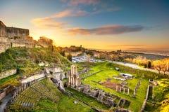 Volterra, roman theaterruïnes bij zonsondergang Toscanië, Italië stock fotografie