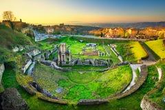Volterra, roman theaterruïnes bij zonsondergang Toscanië, Italië stock foto