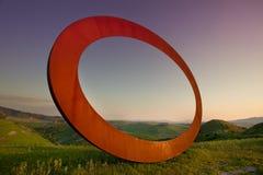 Volterra, Toscanië, Italië - de middeleeuwse die stad van Volterra, de werken van scultormauro staccioli in 2009 voor tentoonstel stock afbeelding