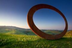 Volterra Tuscany, Italien - Volterra medeltida stad, de scultorMauro Staccioli arbetena som installeras i 2009 för utställning Arkivfoton