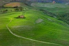 Volterra Tuscany, Italien - Volterra medeltida stad, de scultorMauro Staccioli arbetena som installeras i 2009 för utställning Royaltyfria Foton
