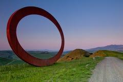 Volterra Tuscany, Italien - Volterra medeltida stad, de scultorMauro Staccioli arbetena som installeras i 2009 för utställning Royaltyfri Bild