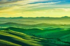 Volterra vinterpanorama, Rolling Hills och gräsplanfält på solar Royaltyfri Fotografi
