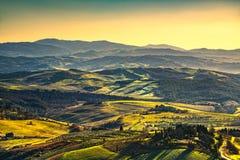 Volterra zimy panorama, toczni wzgórza i zieleni pola na słońcach, obrazy stock