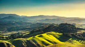 Volterra zimy panorama, toczni wzgórza i zieleni pola na słońcach, obraz stock