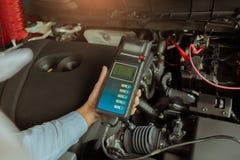 Voltmètre d'appareil de contrôle de capacité de batterie de participation d'inspection d'homme pour le service photos stock