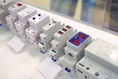 Voltmeter mit Sicherungen für elektrische Stromkreise stockfoto