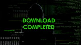 Voltooide download, hakker die persoonsgegevens van rekening, systeembericht stelen stock video
