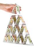 Voltooiend een kaartenhuis op wit wordt geïsoleerd dat Royalty-vrije Stock Afbeelding