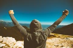 Voltooiing en triomf Zegevierende vrouwelijke persoon op berg aan royalty-vrije stock afbeelding