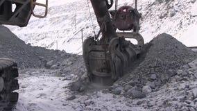 Volume da cubeta 10 m3 da máquina escavadora video estoque