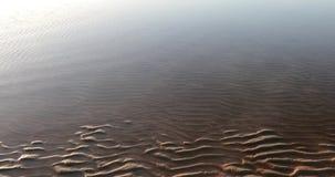 Volume de água através da areia que sae de testes padrões bonitos filme