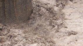 Volume de água da inundação do rio da montanha de Semeru video estoque