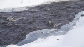 Volume de água do rio entre a neve e o gelo vídeos de arquivo
