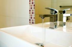 Volume de água do torneira Imagens de Stock Royalty Free