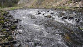 Volume de água no rio sobre as rochas filme