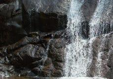 Volume de água no Rock& x27; superfície de s fotografia de stock royalty free
