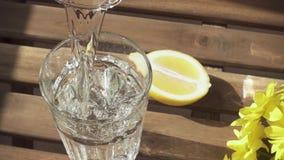Volume de água puros do movimento lento belamente no vidro na tabela filme