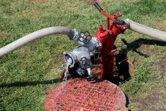 Volume de água que sai de uma boca de incêndio de fogo Foto de Stock Royalty Free