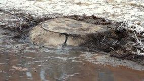 Volume de água sobre a estrada do esgoto vídeos de arquivo
