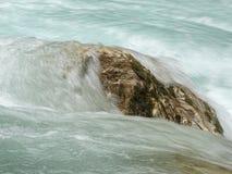 Volume de água sobre uma pedra maior fotos de stock royalty free